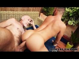 Porno velho gay comendo o cu do barbudo fresco