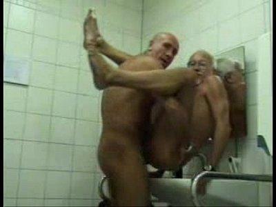 Vídeos de sexo com velhos fazendo sexo no banheiro