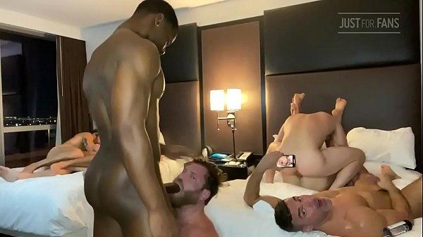 Feira da putaria gay com machos no quarto fodendo gostoso