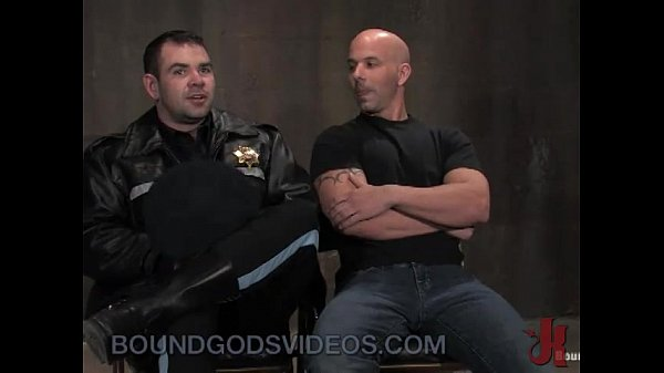 Porno com policial safado comendo o bandido