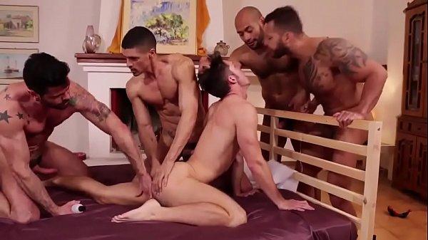 Porno orgia gay safados na cama metendo pra todo lado
