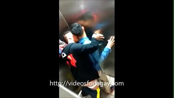 Meninos amadores safados transando no elevador