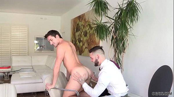 Gay pau duro dando empinadinho para o macho