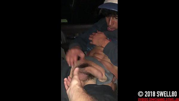 Punheta no carro com cara gozando gostoso
